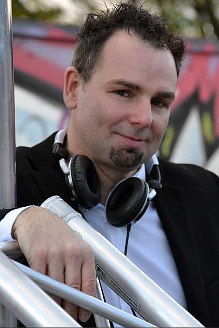 ... DJ Frank Morris steht grinsend neben Traverse